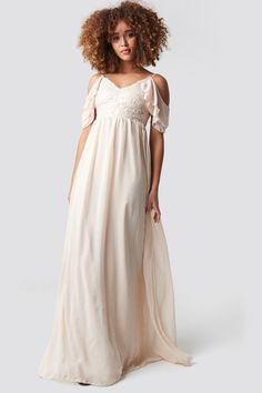 This maxi dress by Trendyol features non adjustable shoulder straps, a v neckline, a subtle back zipper, pleated design on the bottom and a ruffle detail on one sleeve. Stylish Dresses, Cute Dresses, Beautiful Dresses, Flower Girl Dresses, Buy Dress, Pink Dress, White Dress, Pop Fashion, Fashion Brands