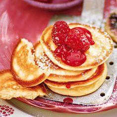 Sauerrahmpfannkuchen mit marinierten Himbeeren Rezept | Weniger süß und damit auch leichter als die Klassische Variante, sind die Sauerrahmpfannkuchen der ideale Begleiter für die marinierten Himbeeren.