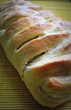 Reteta asta am găsit-o pe net și am dorit foarte mult să o încerc. Mi-a plăcut de fapt cum arată pâinica aceea împletită. Dar am descoperit că nu era vorba doar de aspect. Aluatul este foarte pufos și gustos și se mentine asa cateva zile bune. Iar umplutura poate fi schimbatș oricând cu altceva, rezultând … Bread, Food, Brot, Essen, Baking, Meals, Breads, Buns, Yemek