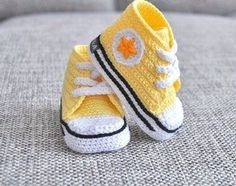 Baby Knitting Patterns Crochet Classic Baby Sneakers Free Pattern Video - Crochet S. Crochet Baby Boots, Booties Crochet, Crochet Baby Clothes, Crochet Shoes, Crochet Slippers, Love Crochet, Crochet For Kids, Baby Sandals, Baby Booties