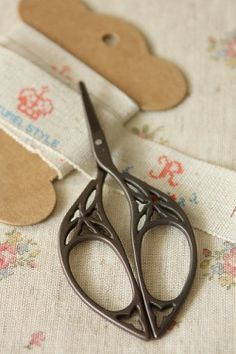 This is really cute antique style scissors.Perfect for manicure, decoration, cutting craft materials… Vintage Scissors, Sewing Scissors, Embroidery Scissors, Vintage Sewing Notions, Antique Sewing Machines, Vintage Sewing Patterns, Objets Antiques, Sewing Baskets, Sewing Tools