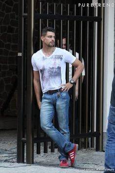 Jorginho (Cauã Raymon) - Avenida Brasil, men's style, cool jeans, tee and red sneakers