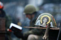 Painted helmet. Hrushevsky Street, Kyiv, Ukraine #Euromaidan  Разсписанный шлем. улю Грушевского. 06.02.2014