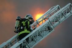 Resultados de la Búsqueda de imágenes de Google de http://www.lexpress.fr/pictures/476/244077_un-pompier-sur-une-grande-echelle.jpg