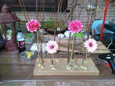 Alles vast gemaakt met een lijmpistool.Eerst de takken en grote bloemen,dan het hooi,dan eitjes ook met lijm.tegen takken geplakt en dan het vogelnestje.En.als afwerking de kleine bloemekes....