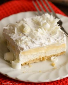 White Chocolate Lasagna - a delicious 4-layer dessert filled with cream cheese, pudding, cool whip, Golden Oreos, White Chocolate curls and more! Chocolate Lasagna Dessert, White Chocolate Desserts, Chocolate Blanco, Layered Desserts, Ice Cream Desserts, Decadent Chocolate, Chocolate Recipes, Oreos, Oreo Crust