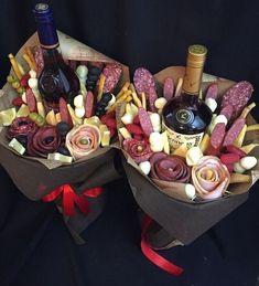 15 Ramos que toda chica merece recibir; ninguno tiene rosas o girasoles Man Bouquet, Food Bouquet, Homemade Christmas Gifts, Homemade Gifts, Bouquet Cadeau, Valentine's Day Gift Baskets, Flower Box Gift, Edible Bouquets, Chocolate Bouquet