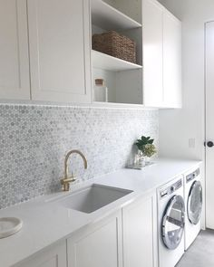 Julia & Sasha share kitchen, mudroom and laundry – The Interiors Addict - Modern Modern Laundry Rooms, Laundry In Bathroom, Laundry Decor, Laundry In Kitchen, Kitchen Butlers Pantry, Basement Laundry, Laundry Closet, Kitchen Office, Butler Pantry