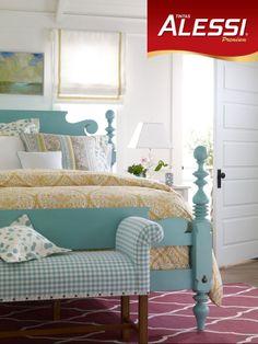 Quarto com decoração mais clássica com móveis de madeira coloridos.