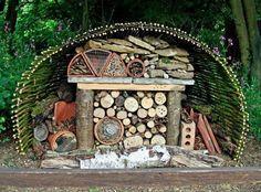 Домики для божьих коровок и других насекомых в саду