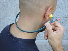 Cuffie antirumore con connessione bluetooth per rispondere al cellulare. Design di Odoardo Fioravanti.