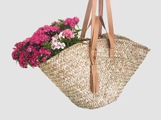 Our new Panier Marocain is a casual basket bag and an ideal companion for your beach holiday, your shopping trip on the weekly market or your next picnic in the park. The basket bag is made of hand-woven palm leaves and has a short and a long handle made of high-quality cow leather and a