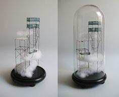 ° Entre deux eaux 01sous globe fil de fer, tarlatane teintée & nuage H 40 x 18 cm de diamètre