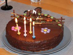 Sacher cake as paddock (www.) Sacher cake as paddock (www.de / …) Sachertorte als Pferdekoppel (www.de/…) 36 Source by Fondant Figures, Dirt Bike Cakes, Giraffe Cakes, Plain Cake, Horse Cake, Classic Cake, No Cook Desserts, Food Cakes, Cookies Et Biscuits