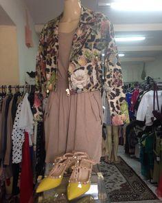 Look descontraído  composto por jaqueta #Tigresse vestido #Lucyuntheskay e sapato #Carbonilla.  #brechócamarimtododianovidade  Brecho.