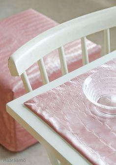 Rahin irtopäällinen ja ruokapöydän tabletit vaaleanpunaisesta keinonahasta