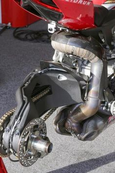 Superbike Ducati Without rear wheel.World Superbike Ducati Without rear wheel. Motorcycle Exhaust, Motorcycle Design, Bike Design, Motorcycle Gear, Moto Cafe, Cafe Bike, Course Moto, Ducati 1199 Panigale, Ducati Motorcycles