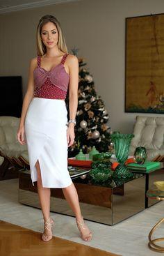 Look Helena Lunardelli de natal: saia mid branca com blusa bordô de bolinha