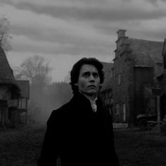 Johnny Depp in Sleepy Hollow. Upstate NY the home of the real Sleepy Hollow (and legend) is not far from where I live. Sadly the film was shot in England instead Young Johnny Depp, Johnny Depp Movies, Sleepy Hollow Johnny Depp, Legend Of Sleepy Hollow, Sleepy Hollow Movie, Sleepy Hollow Tim Burton, Jhoni Deep, Film Tim Burton, People
