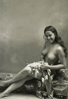 From Tahitian Beauties, by Lucien Gauthier. Find more beautiful Tahitians and Polynesians on Native Nudity. Hawaiian Girls, Vintage Hawaiian, Nude Photography, Vintage Photography, Bali, Hula Dancers, Tribal Women, Ancient Beauty, Hula Girl