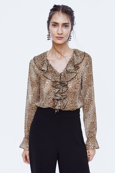 Body manches courtes imprimé animal de Zara - when you wish upon a ☆ Sparkly Crop Tops, Lace Crop Tops, Designer Kurtis, Smart Casual Women, Animal Print Fashion, Couture Tops, Beautiful Blouses, Zara, Long Sleeve Crop Top