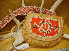 Helmikoristeinen sisnalaukku ja helmivyö. Lappland, Native American Artifacts, Leather Fabric, Bead Art, Handicraft, Norway, Folk Art, Scandinavian, Lapland Finland
