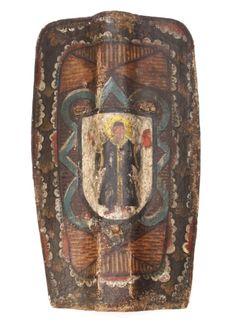 """Handtartsche (Kleine Pavese), Pavese ist die Bezeichnung für eine besondere Form eines Schildes. Das vorliegende, sehr schön gestaltete Stück hat eine rechteckige Form und besteht aus einem Holzkern, der mit bemaltem Leinwandstoff überzogen ist. Es ist """"nur"""" 66,5 cm hoch. Das Material ist so dick, dass Pfeile, Armbrustbolzen und kleinkalibrige Bleikugeln abprallen oder darin stecken blieben. Mittig verläuft eine Aufwölbung, hinter der sich auf der Rückseite ein Hohlraum befindet. In diesem…"""