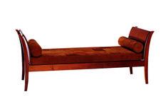 Dueto, de imbuia, com estofado de couro, 1,70 x 0,70 x 0,60 m, design Claudia Moreira Salles, da Etel, preço sob consulta
