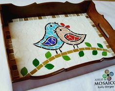 Resultado de imagen para bandejas con mosaicos Mosaic Tray, Mosaic Tile Art, Mosaic Artwork, Mosaic Crafts, Mosaic Projects, Mosaic Animals, Mosaic Birds, Mosaic Flowers, Vitromosaico Ideas