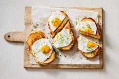 Met een gebakken eitje on top! Avocado Toast, Sushi, Breakfast, Ethnic Recipes, Brunch, Morning Coffee