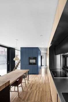 Les architectes montréalais de Naturehumaine signe la Résidence Mc Culloch,maison unifamiliale, fruit de travaux conséquents de rénovation et d'extension.