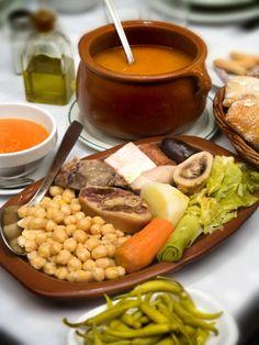"""Cocido madrileño (Madrid)      Garbanzos, verduras y carnes, todo junto, han hecho de este cocido, que empezó siendo comida """"de pobres"""" el plato más representativo de la comida madrileña."""