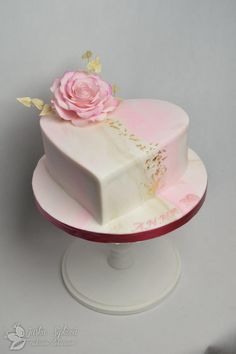 Heart with roses - Cake Decorating Dıy Ideen Pretty Cakes, Cute Cakes, Beautiful Cakes, Amazing Cakes, Heart Shaped Cakes, Heart Cakes, Wedding Cake Designs, Wedding Cakes, Valentines Day Cakes