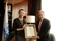 UN refugee agency chief António Guterres presents a letter of appointment to #UNHCR's Goodwill Ambassador in China, Yao Chen, in #Beijing.© UNHCR Photo