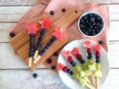 Fruit skewers - delicious fruit snacks for kids - nursery birthday snacks . Birthday Snacks, Birthday Bash, Fruit Snacks, Party Snacks, Kindergarten Snacks, Fruit Skewers, Delicious Fruit, Food Design, Finger Foods