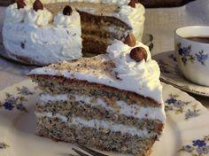Nusstorte Eine köstliche Torte zu Weihnachten.   Der Boden dieser Torte ist wunderbar locker. Mit Sahne gefüllt, oder auch mit einer Schicht aus Preiselbeeren, perfekt.