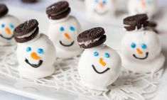 These Oreo Snowman Cookies are a super cute addition to your holiday party! See how to make them with our video tutorial! Holiday Treats, Christmas Treats, Christmas Baking, Christmas Deserts, Xmas Desserts, Party Desserts, Holiday Baking, Christmas Time, Oreo Truffles Recipe