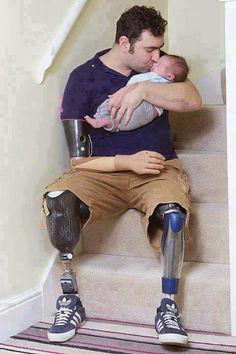 Andy Reid, veterano de guerra no Afeganistão, sofreu uma tripla amputação após uma explosão de uma mina. No mais, a foto fala por si mesma...