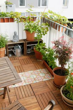 Mit einem Holzboden von Ikea und Fliesen im marokkanisch… The green oasis balcony! With a wooden floor from Ikea and tiles in Moroccan style, the balcony becomes comfortable! More ideas couchstyle. Rooftop Design, Patio Design, Garden Design, Floor Design, Ceiling Design, Exterior Design, Small Balcony Garden, Small Patio, Balcony Ideas