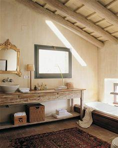 Un original bajolavabo. Este viejo aparador de aire provenzal se ha decapado para convertirlo en mueble del baño.