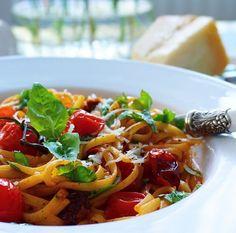 Enkel och snabblagad vegetarisk pasta med ljuvliga smaker av vitlök, chili och basilika.