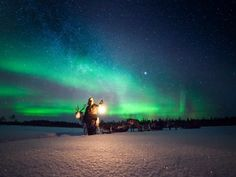 Look to the stars.If you notice that the night sky is clear and starry, your chances of seeing the northern lights are good.