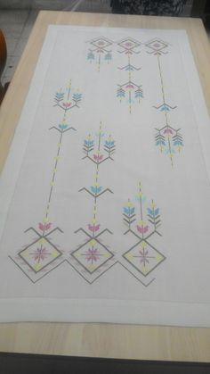 This post was discovered by hatun. Discover (and save!) your own Posts on Unirazi. Embroidery Motifs, Hardanger Embroidery, Learn Embroidery, Beaded Embroidery, Machine Embroidery Designs, Cross Stitch Patterns, Blackwork, Diy And Crafts, Straight Stitch