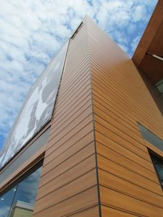 Placas Wood Decors para edificações | Trespa Brasil Roof Cap, Design Exterior, Stone Cladding, D1, Outdoor Gear, Landscaping, Arch, Zelda, House Design