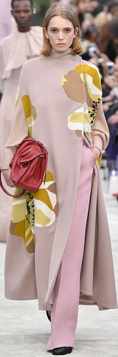 Only mine, black ballerinas, pink pants, nude bluda, nude coat with yellow and red bag Valentino Sou Moda Fashion, Fashion 2018, Fashion Week, Hijab Fashion, Runway Fashion, Winter Fashion, Fashion Show, Womens Fashion, Fashion Trends