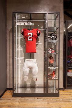 ATL Nike store - David Brady es un estante memorativo de la equipacion de nike de un jugador concreto