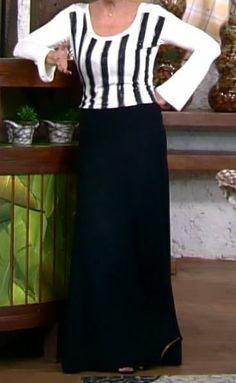 Saia longa preta com blusa manga longa branca com listras pretas