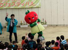 [第26回 北本市子供公園 みどりのフェスティバル] 「とまちゃん」とじゃんけん大会〜勝ち残りの方々を確認中にエアギターする「とまちゃん」