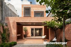 For House 1014 in Granollers, Barcelona, H Arquitectes decided to underline the elongated site moving back the building from the front street line and creating access patios both sides of the house. Brick Courtyard, Brick Facade, Brick Houses, Brick Architecture, Residential Architecture, Casa Santa Rita, Red Brick Walls, Patio Interior, Interior Design