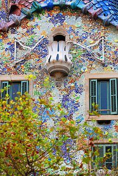 Eine Nahaufnahmeansicht von einigen der Sonderkommandos in den Casen Batllo, ein berühmtes Grenzsteingebäude in Barcelona, Spanien, konzipiert von Gaudi.
